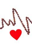 Ligne de cardiogramme des graines de café rôties et du concept rouge de coeur, de médecine et de soins de santé Photo libre de droits
