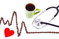 Ligne de cardiogramme des graines de café, tasse de concept de café et de stéthoscope, de médecine et de soins de santé Photo stock