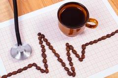 Ligne de cardiogramme des graines de café, tasse de concept de café et de stéthoscope, de médecine et de soins de santé Photographie stock