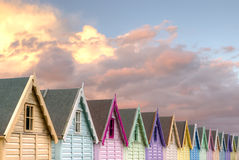 Ligne de ciel de rouge de huttes de plage photos stock