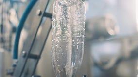Ligne de convoyeur pour les laitages de versement dans les bouteilles en plastique à une résolution d'usine de lait entièrement…  banque de vidéos