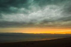 Ligne de coucher du soleil au-dessus de la mer et du ciel avec des nuages photographie stock libre de droits