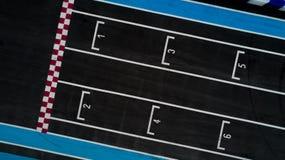 Ligne de début de course de grille dans une voie de voiture, vue supérieure aérienne de début de course de grille photographie stock libre de droits