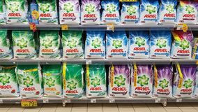 Ligne de détergent de blanchisserie dans un rayon de magasin Photographie stock libre de droits