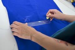 Ligne de dessin de couturière sur le tissu Image stock