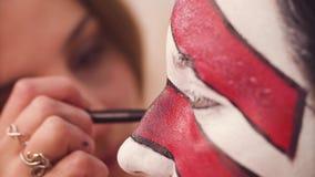Ligne de dessin de maquilleur sur le visage modèle du ` s banque de vidéos