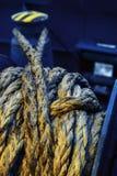 Ligne de Dirtymooring sur le treuil Fond Copiez l'espace blur Bleu et jaune photos stock