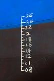 Ligne de flottaison marquée sur le bateau Photos stock