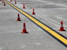 Ligne de guidage jaune neuve sur le béton Images stock