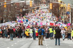 Ligne de milliers à marcher dans le juge social March d'Atlanta photo stock