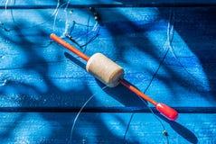 Ligne de pêche avec l'avance et le flotteur sur un fond bleu, Image libre de droits
