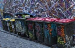Ligne de poubelles d'arc-en-ciel images stock