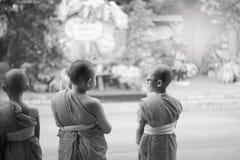 Ligne de promenade de novice nourriture et lotus donnés de bouddhiste Photographie stock