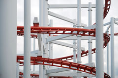 Ligne de rail rouge de montagnes russes images stock