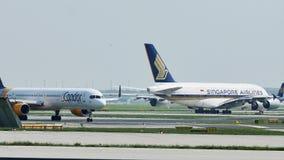 Ligne de Singapore Airlines Airbus A380 banque de vidéos
