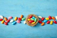 Ligne de sucrerie colorée d'oeuf de pâques avec le nid Image stock