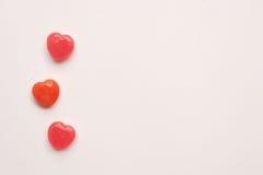 Ligne de sucrerie de forme de coeur de jour du ` s de Valentine de trois rouges sur le fond de livre blanc Concept d'amour Style  Images libres de droits