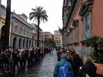Ligne de touristes au musée Images libres de droits