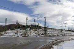 Ligne de transmission de courant électrique en hiver, montagne de Plana Images stock