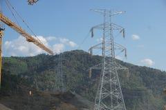 Ligne de transmission de courant électrique tour sur la montagne Images stock