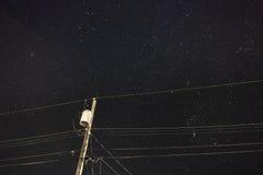 Ligne de transmission foncée de ciel Photos libres de droits