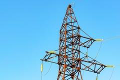 Ligne de transmission tour sur le ciel bleu Image stock