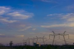 ligne de transport d'énergie de 750 kilovolts venant de la centrale  photographie stock libre de droits