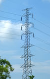 Ligne de transport à haute tension de courrier ou d'énergie tour et ciel bleu Photographie stock libre de droits