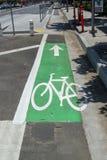 Ligne de vélo sur une rue de ville photo stock