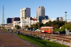 Ligne de véhicule de rue de façade d'une rivière de la Nouvelle-Orléans Image stock