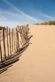 Ligne de vieille barrière sur une plage avec des ombres horizontales Images libres de droits