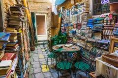 Ligne de vieux livres coupage de livres d'isolement au-dessus du blanc de cru de chemin Pile de vieux livres Image stock