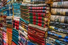 Ligne de vieux livres coupage de livres d'isolement au-dessus du blanc de cru de chemin Pile de vieux livres Photos stock