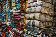 Ligne de vieux livres coupage de livres d'isolement au-dessus du blanc de cru de chemin Pile de vieux livres Images libres de droits