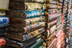 Ligne de vieux livres coupage de livres d'isolement au-dessus du blanc de cru de chemin Pile de vieux livres Image libre de droits