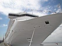 Ligne de vitesse normale bateau sur le port Photo libre de droits