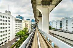 Ligne de Yurikamome sur le pont en arc-en-ciel à Tokyo Photo stock
