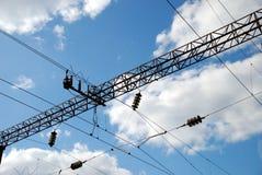 Ligne des alimentations d'énergie sur le chemin de fer Photographie stock libre de droits