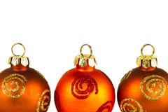 Ligne des babioles de Noël au-dessus de blanc Photo stock