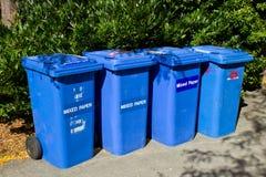 Ligne des bacs de recyclage bleus Photographie stock