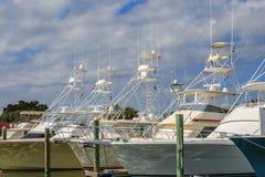 Ligne des bateaux de pêche de charte de mer profonde Photographie stock libre de droits