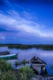 Ligne des bateaux sur l'eau placée dans les lacs biélorusses Braslav de parc national Photographie stock libre de droits