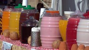 Ligne des boissons de fruit brillamment colorées Photos stock