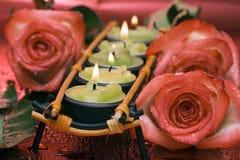 Ligne des bougies vertes avec des roses Photographie stock libre de droits