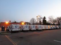 Ligne des camions de distribution du courrier d'USPS en Edison, NJ, Etats-Unis Photos stock