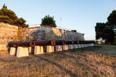 Ligne des canons dans le château médiéval dans les Pula image libre de droits