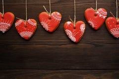 Ligne des coeurs rouges de pains d'épice sur le ruban Image stock