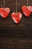 Ligne des coeurs rouges de pains d'épice sur le ruban Images stock