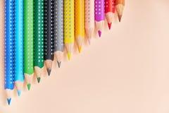 Ligne des crayons colorés, fond avec l'espace de copie pour votre conception photographie stock