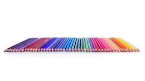 Ligne des crayons colorés sur un fond blanc Images libres de droits